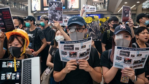 香港「百萬人塞爆機場」 聲援被打爆眼球少女