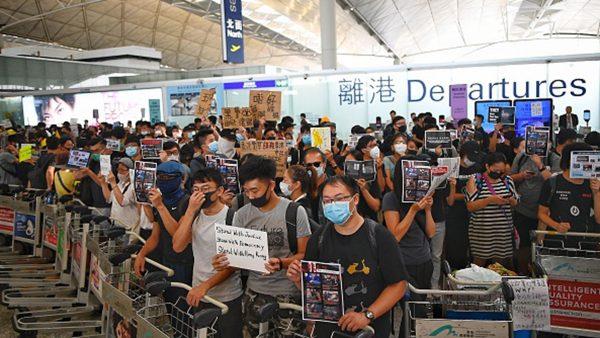 """香港机场反送中遭封杀 美国会点名港警""""非常危险"""""""
