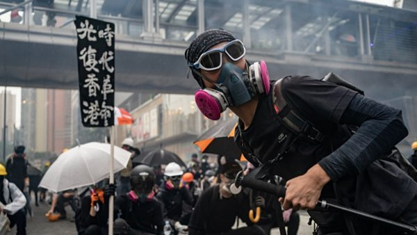 """香港记者遭""""五星旗""""围攻 普通话广东腔露馅"""
