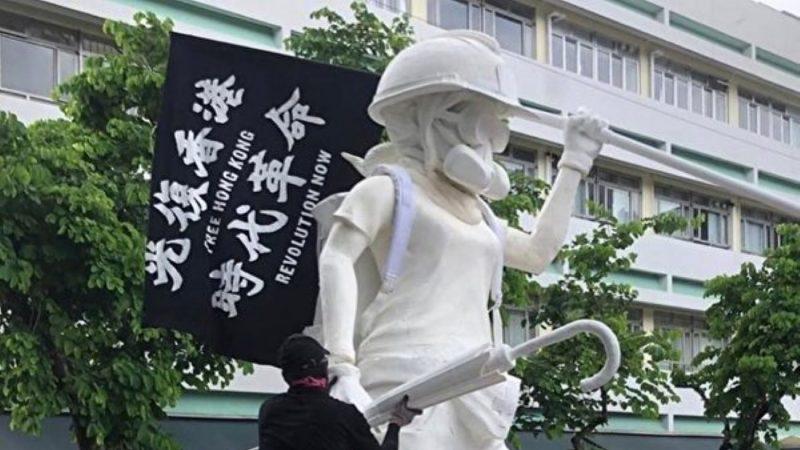 """香港""""民主女神像""""亮相 头戴头盔眼罩"""