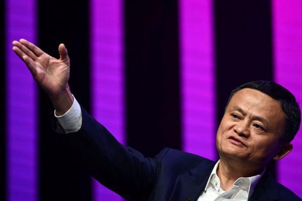 马云含泪卸任董事长 年会化身摇滚歌手引热议