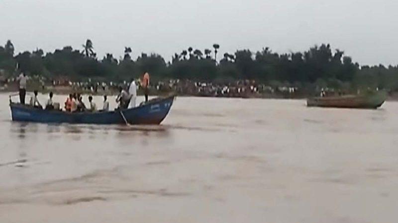 印度载63人观光船翻覆 至少12死数十失踪