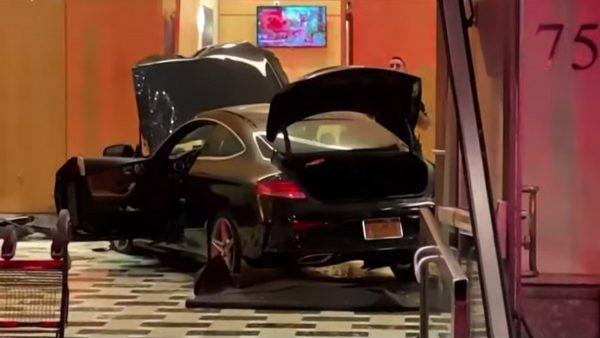 汽车冲进纽约川普大楼广场 现场布满碎玻璃酿3伤