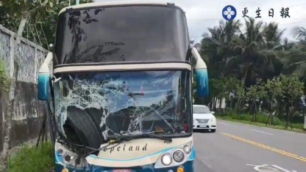 驚嚇!砂石車輪胎鬆脫 擦邊撞進遊覽車(視頻)