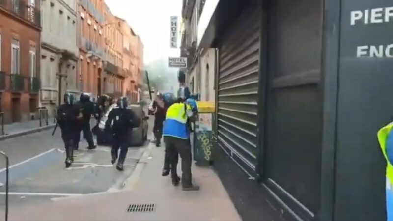黄背心示威再起 法警催泪瓦斯驱离(视频)