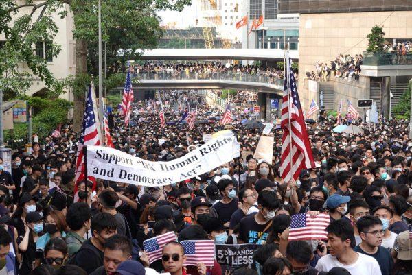 港人游行至美国领事馆 警中环地铁暴力抓人