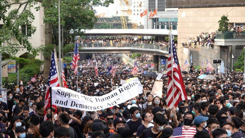 港人遊行至美國領事館 警中環地鐵暴力抓人
