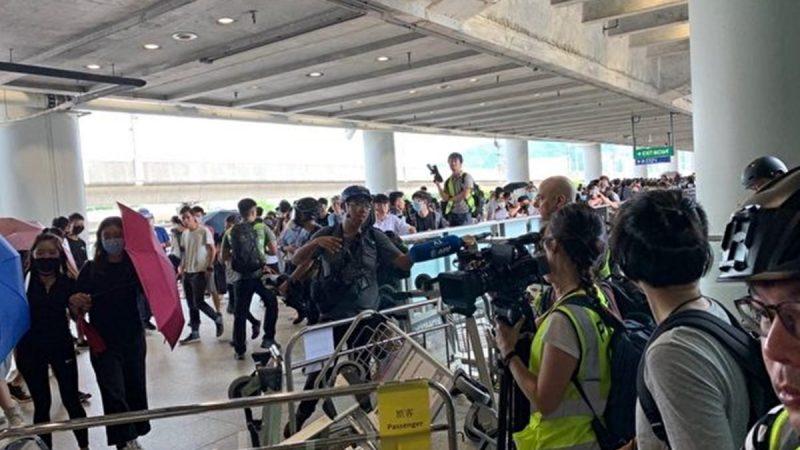 【直播回放】香港中環碼頭大批武装警員截查路人