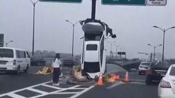 """杭州离奇车祸 私车90度""""爬上""""标志杆(视频)"""