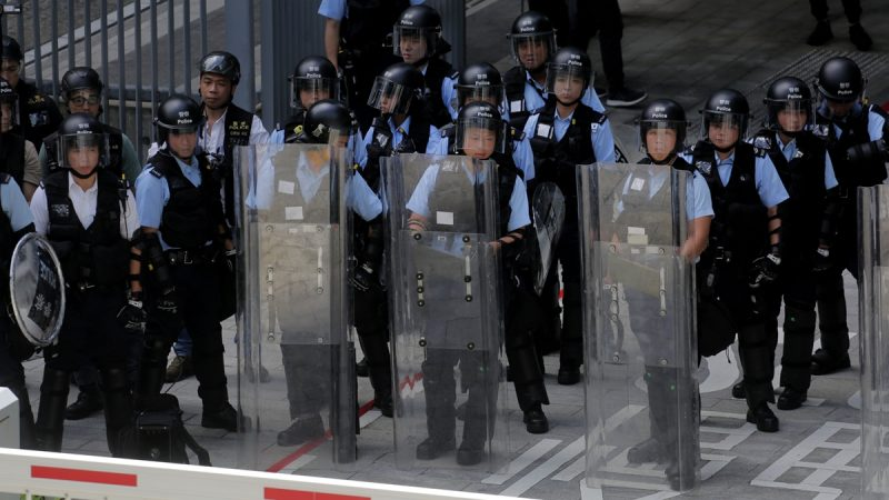 港警拒当炮灰萌退意:不如辞职或移民