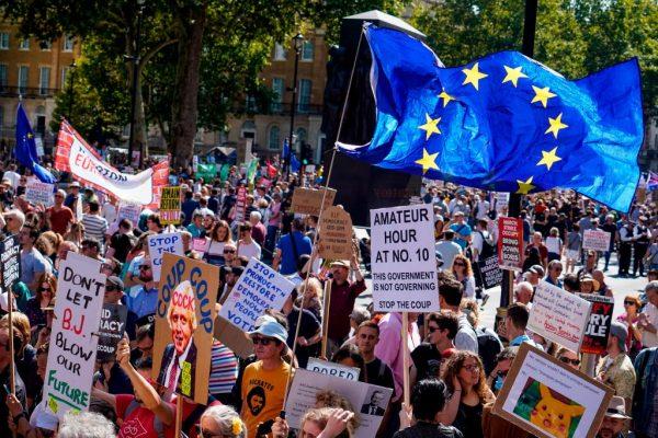抗议英相关闭议会 英数十座城市民众齐上街头