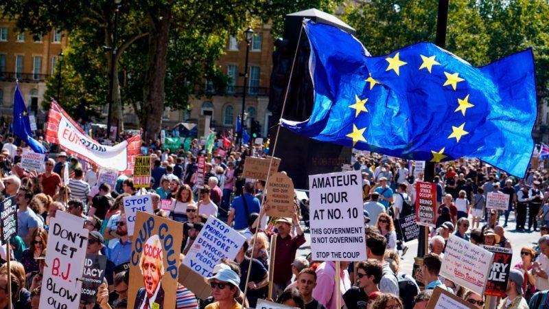 抗議英相關閉議會 英數十座城市民眾齊上街頭