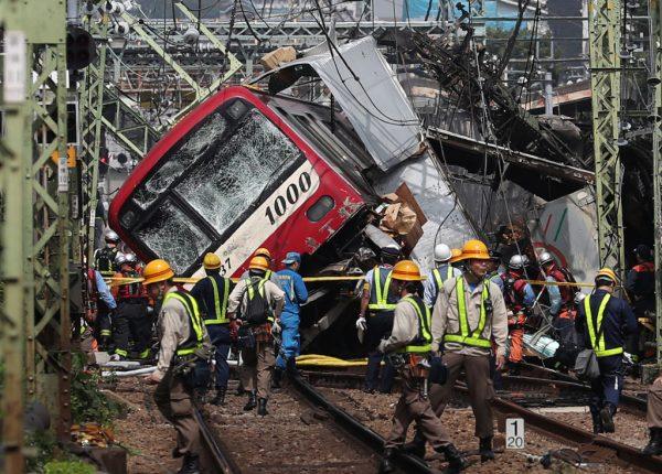 日本京急电车撞卡车 黑烟窜出车厢骚动酿1死33伤