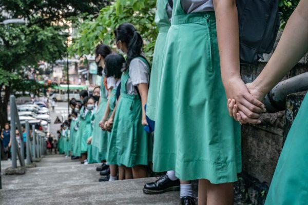 香港學生組壯觀人鏈 遇騷擾襲撃3人傷