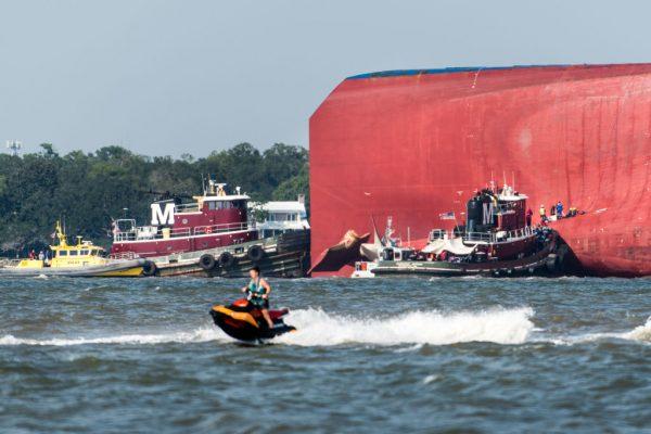 韩运输船美东翻覆 船身钻洞救出受困4人