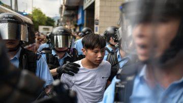 香港亲共者唱国歌围殴市民 港警只逮示威者被痛批
