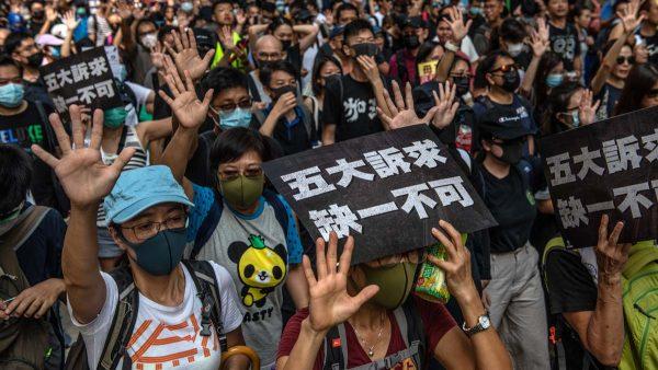 港人9·15大游行 港警当街行刑打破头再胡椒水喷眼(视频)
