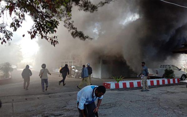 示威者纵火烧楼 印尼巴布亚枪声四起