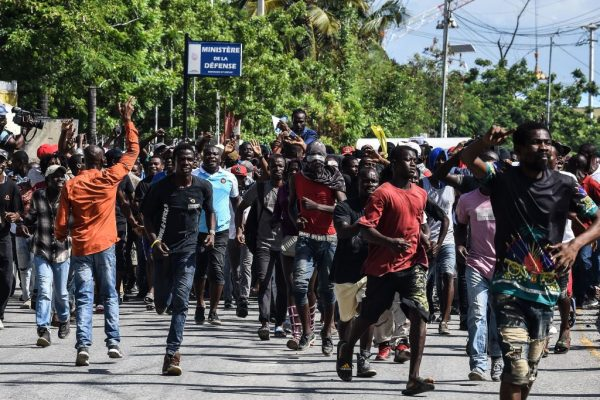 罕见!驱散抗议者 海地参议员当众开枪