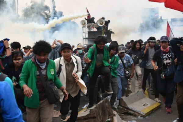 印尼修新法多地爆冲突 雅加达88人受伤(视频)