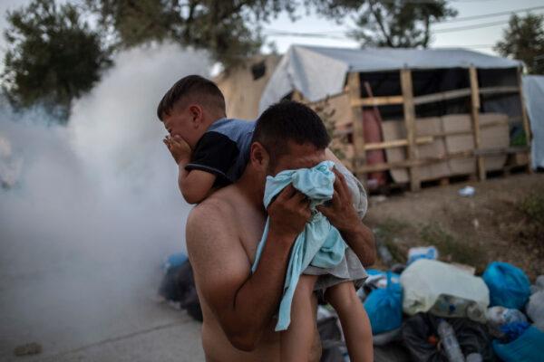 希臘難民營大火至少2死 警用催淚彈控制激動難民