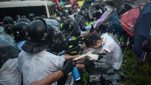 """香港再现警黑勾结 疑政法委联合""""演出"""""""