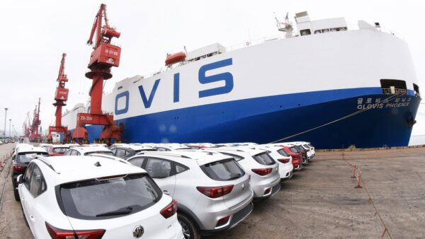 英媒:贸易战加猪瘟 重挫中国经济