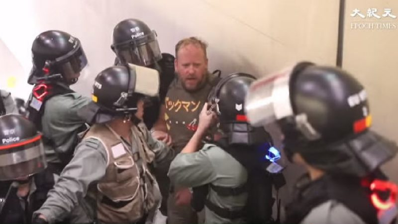 西人質問港警被無指控濫捕 視頻瘋傳引發關注