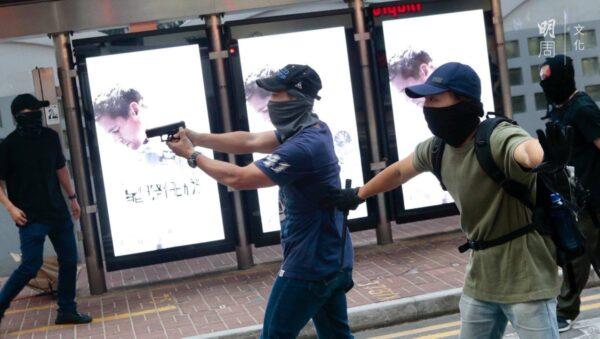 市民目擊港警偽裝示威者縱火 事後防暴警護送離開