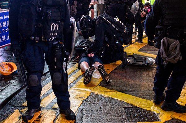 黑警在太子站襲擊無辜民眾行徑與當年武警在天安門綁架大法弟子同出一徹