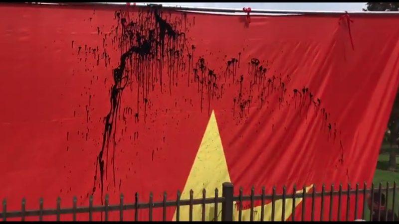 美西僑團慶中共十一 抗議者向五星旗潑墨噴漆