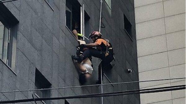 中國大媽首爾跳樓 熱心男緊抓雙腳40分鐘獲救