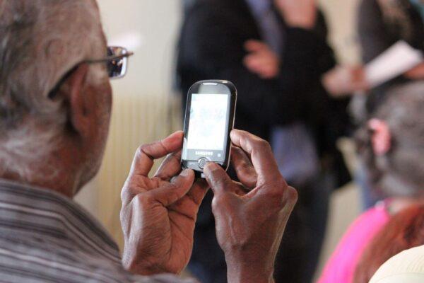 是否及何时拿走老年人的手机?