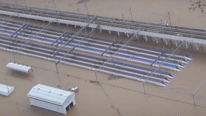 台风来袭河川溃决 3亿美元JR车厢泡水恐报废