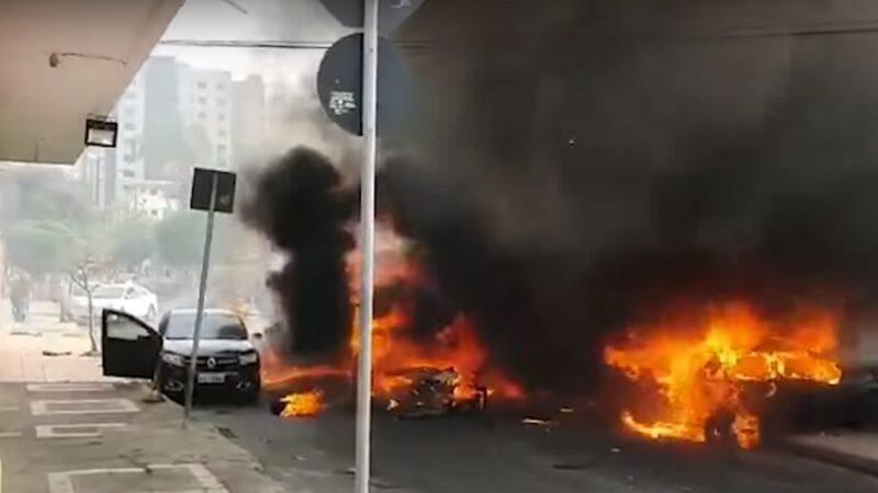 巴西小飞机坠毁街道 撞3辆车爆炸起火酿3死