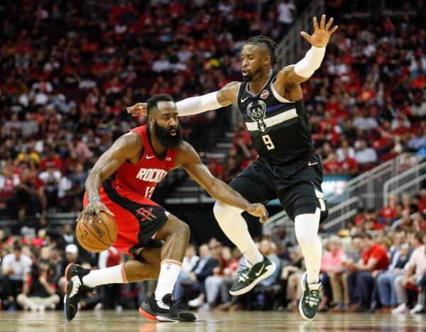 NBA火箭后场热机中 阿德托昆波率雄鹿破敌