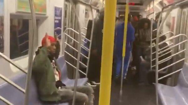 纽约10警持枪冲入地铁车厢 缉拿逃票汉惹议