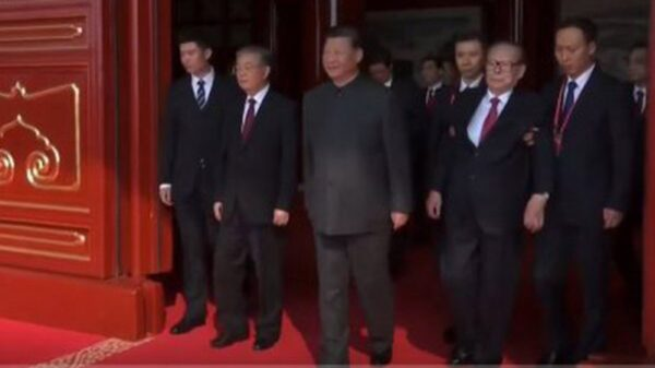 江澤民被架上天安門 朱鎔基罕見未露面