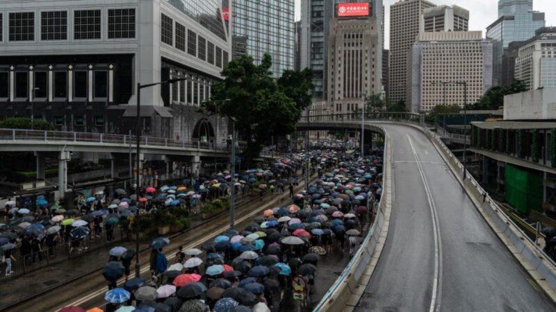 数万港人蒙面上街抗恶法 数十人被捕
