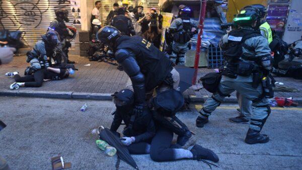 警察才有特權 港警強逼記者脫防毒面具(視頻)