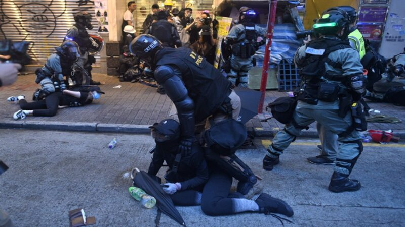 警察才有特权 港警强逼记者脱防毒面具(视频)