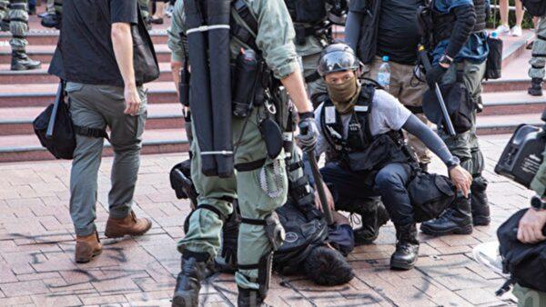 """组图:""""追究警暴""""游行 港警追打逮捕民众"""