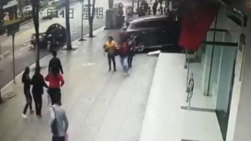 恐怖!贵州越野车冲进银行 致1死3伤(视频)
