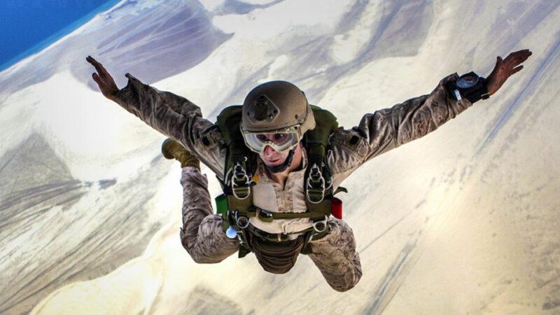 从太空垂直落入地球的人 破纪录的一天(视频)