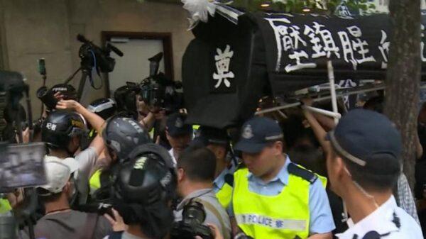 港府闭门过十一 场外示威抬棺材