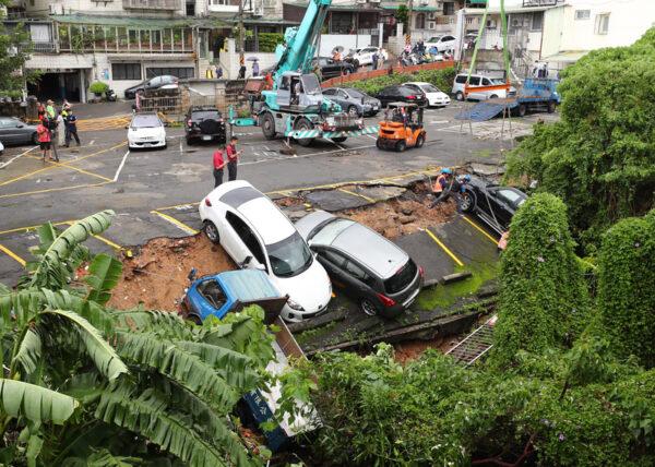 台风米塔灾情 北投土石崩塌9车毁损