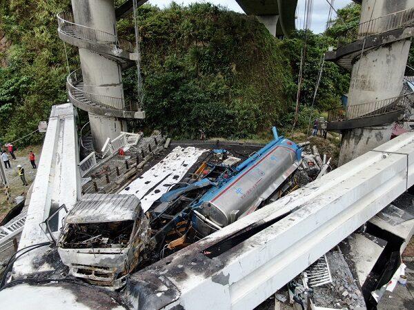 南方澳桥断 油罐车直坠起火司机重伤