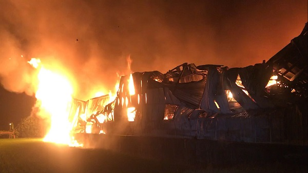 台中铁皮工厂暗夜大火 两消防员遭重物压住殉职