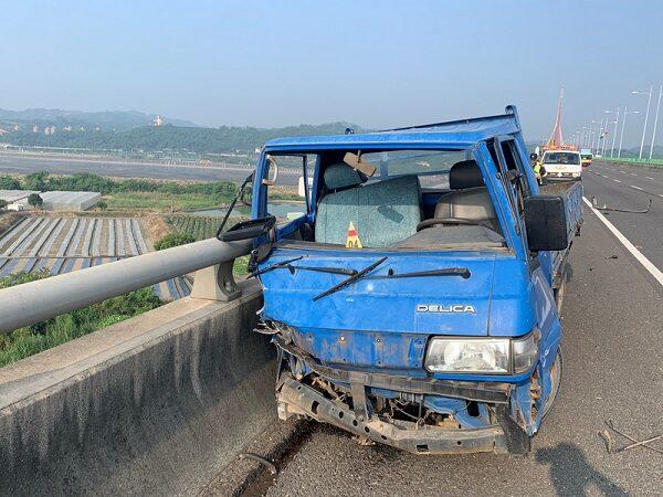 离奇!高屏小货车撞桥 驾驶甩跌桥下死亡
