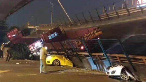 江苏高架桥坍塌压5车 原市长已落马(视频)